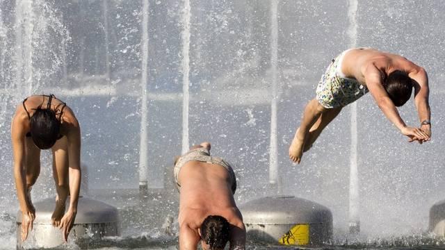 Noch ist es für viele warm genug für einen Sprung ins Wasser (Symbolbild)
