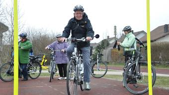 Senioren trainieren den sicheren Umgang mit E-Bikes