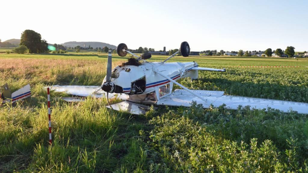 Cessna überschlägt sich bei Notlandung – zwei Personen verletzt
