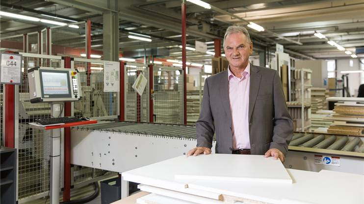 Ueli Jost, Geschäftsleiter und Inhaber der Küchenfabrik Veriset in Root LU, hat 50 Millionen Franken in die automatisierte Produktion gesteckt. SEVERIN BIGLER