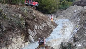 Die hohe Schwelle ist entfernt, der Etzgerbach nimmt durch die Bauarbeiten immer mehr eine Form an, die dem Lachs den Aufstieg ermöglichen soll. chr