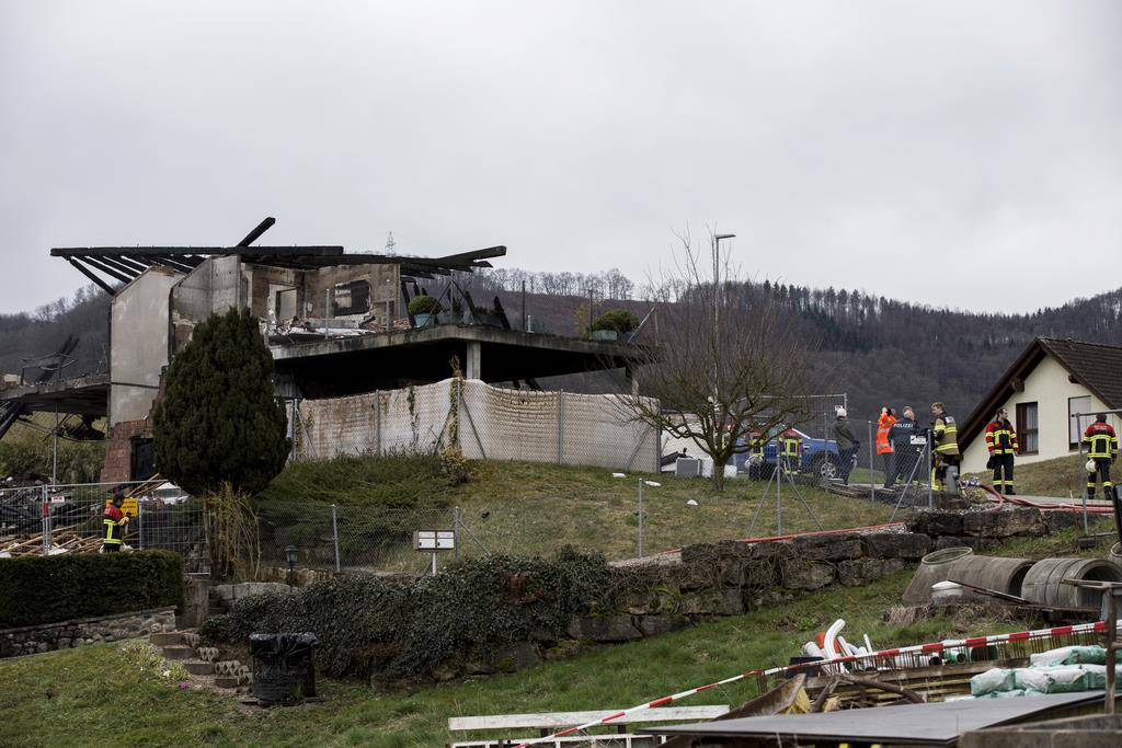 Beim Brand des Hauses starben zwei Personen (© Keystone/ Pascal Mora)