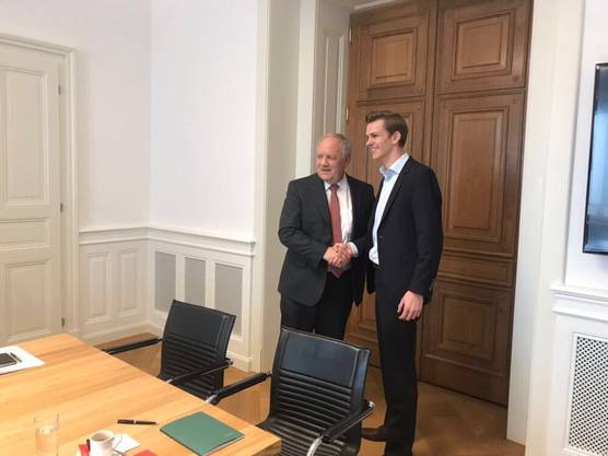 Johann Schneider-Ammann empfängt den Jungfreisinnigen mit einem freundichen Händedruck in Bern.
