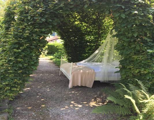 Im Garten des Schlosses Münchenwiler kann man im Grünen übernachten.