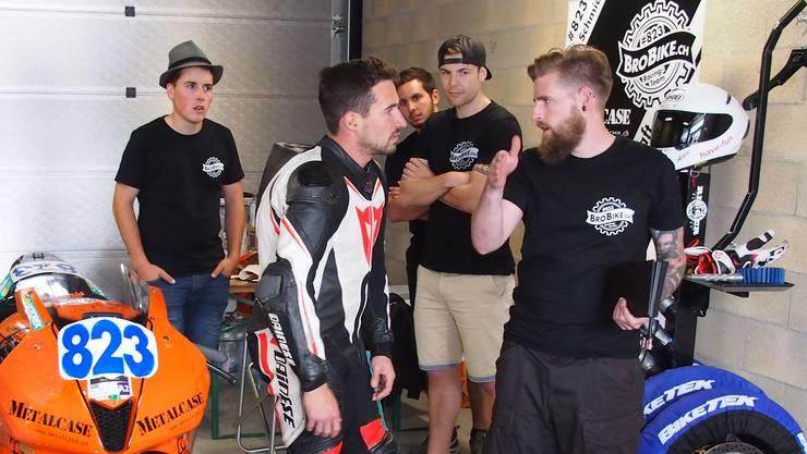 Chefmechaniker Patrick Schenker (rechts) gibt Alain Schmid vor dem Rennen letzte Tipps.