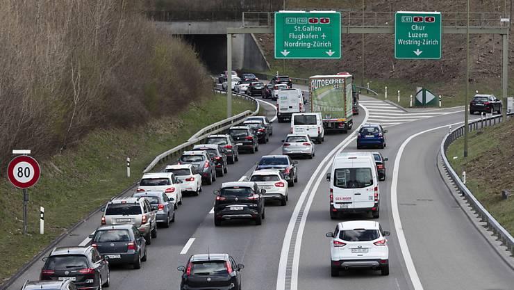 Der dichte Kolonnenverkehr würde flüssiger, wenn auf Autobahnen rechts überholt werden dürfte. Der Bundesrat ist bereit, das heute geltende Verbot zu lockern. (Archivbild)