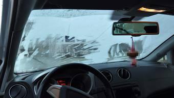 Mit vereisten Scheiben zu fahren ist verboten. (Themenbild)