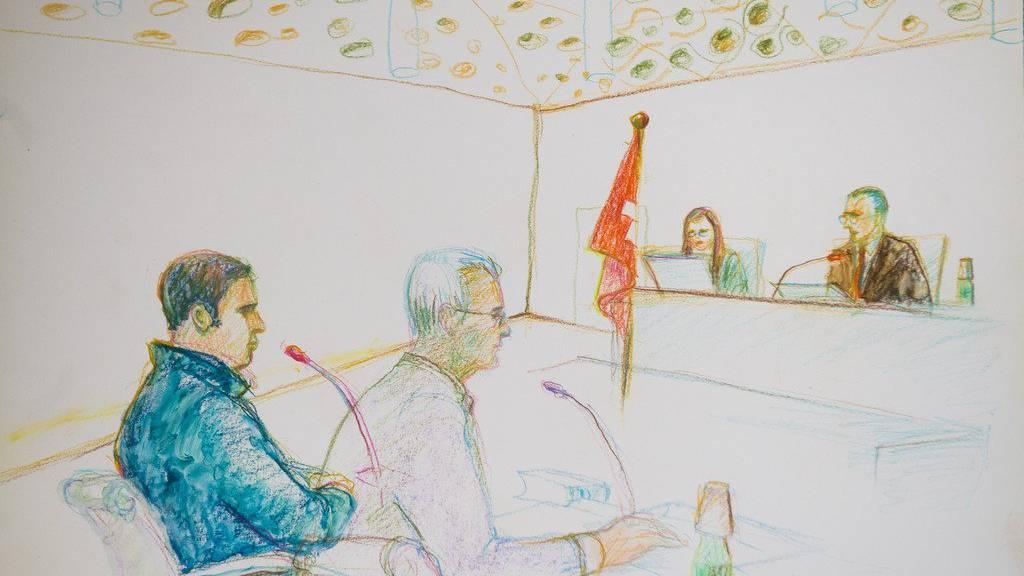 Gerichtszeichnung: Der Angeklagte, links, und sein Verteidiger in der Verhandlung am Bundesstrafgericht in Bellinzona, am Donnerstag, 14. Juli 2016.