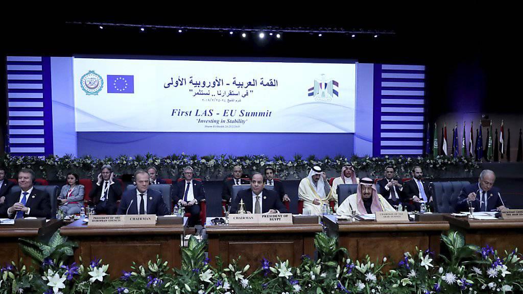 Der ägyptische Präsident al-Sissi (Mitte) eröffnet als Gastgeber in Sharm el Sheich zusammen mit dem EU-Kommissionpräsidenten Donald Tusk den ersten Gipfel zwischen der EU und der Arabischen Liga.