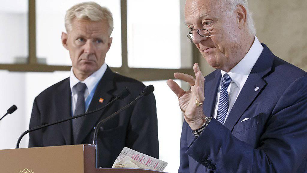 Staffan de Mistura (r) und UNO-Berater Jan Egeland informieren in Genf über den Stand der Friedensbemühungen und über den Krieg in Syrien