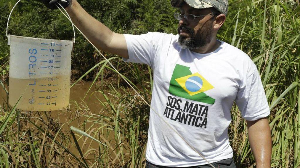 Ein Biologe der Umweltorganisation SOS Mata Atlantica mit einer Wasserprobe aus dem Fluss Paraopeba, dessen Leben durch den Dammbruch zerstört wurde.