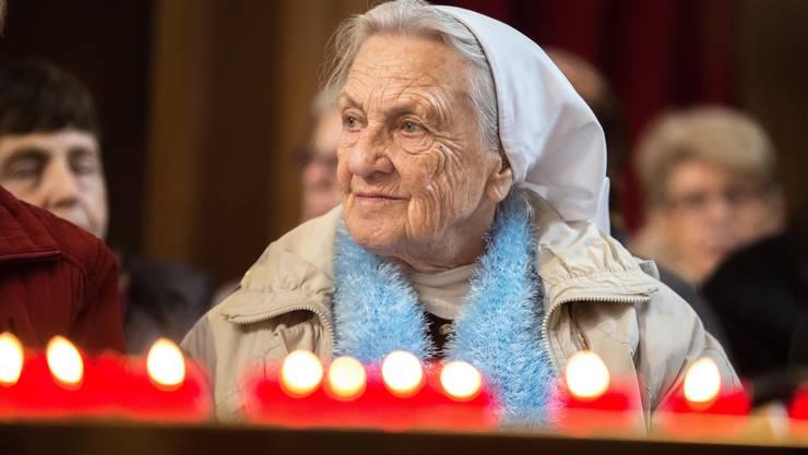 Schwester Sara Martina verfolgt ein Konzert im Advent 2015.