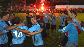 Party-Time: Die Mümliswiler feierten gestern Abend ihren Aufstieg in die 2. Liga ausgelassen.hr. aeschbacher