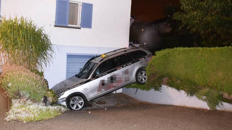 Die Familie flüchtete mit dem Taxi, welches nach einer Irrfahrt in einer Garageneinfahrt stecken blieb.