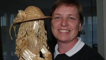 Susanne Koch mit einer Strohpuppe.