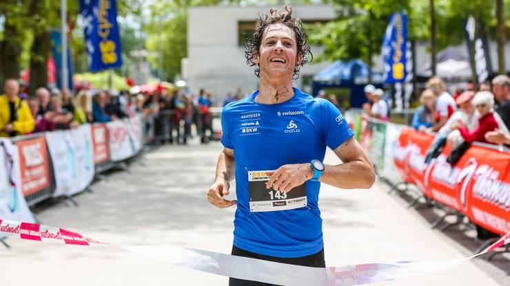 Tim Hug läuft am Biennathlon als Dritter ins Ziel.