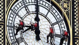 """Männer putzen die Zifferblätter des """"Big Ben"""""""
