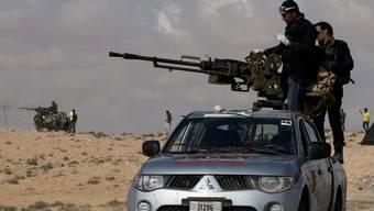 Libysche Rebellen mit improvisierten Kampffahrzeugen (Archiv)
