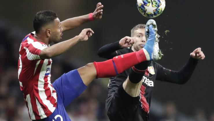 Atlético Madrids Renan Lodi, der den Pass zum Siegtreffer gab, im Duell mit Leverkusens Mitchell Weiser