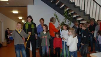 Wunschbaum: Bänder mit Wünschen der HPS-Klassen werden an einem Baum befestigt. (Bild: FH)