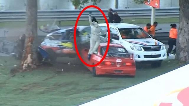 Horror-Crash auf Rennstrecke: Auto halbiert und aus dem Wagen geschleudert