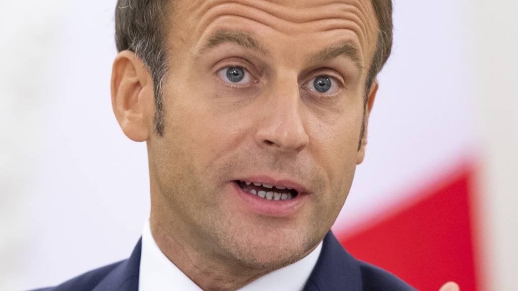 Emmmanuel Macron, Präsident von Frankreich, spricht bei einer Pressekonferenz. Foto: Mindaugas Kulbis/AP/dpa