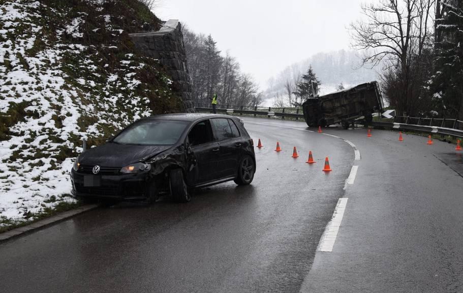 Der Kleinwagen des Unfallverursachers wurde stark beschädigt.