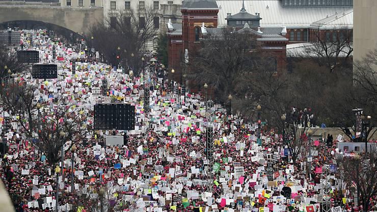 Tausende sind unterwegs auf Washingtons Independence Avenue anlässlich des Women's March.