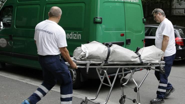 Abtransport eines Toten in Berlin. In Deutschland ist die Mordrate ähnlich tief wie in der Schweiz und liegt bei 0,44. Am meisten tödlich endende Gewaltverbrechen passieren in den Baltischen Staaten und den französischen Überseegebieten mit Werten bis zu 5,3. (Symbolbild)
