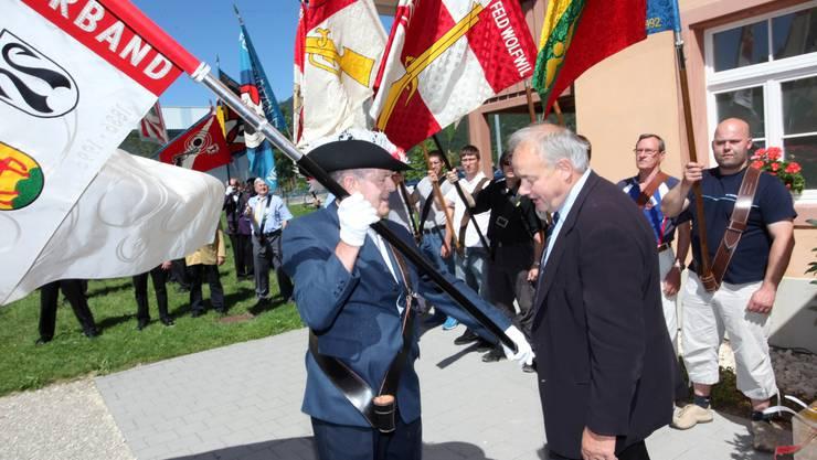 «Sollen wir die Fahne den Gäuern wirklich geben?» Kantonalfähnrich Meinrad Schaad und Landammann Christian Wanner scheinen sich nicht leicht von der Verbandsfahne zu trennen.  Hr. Aeschbacher