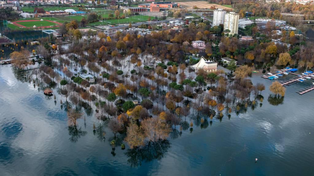 Soweit kommt es hoffentlich an diesem Wochenende nicht: Überschwemmungen durch starken Regen in Tenero TI im November 2014. (Archivbild)
