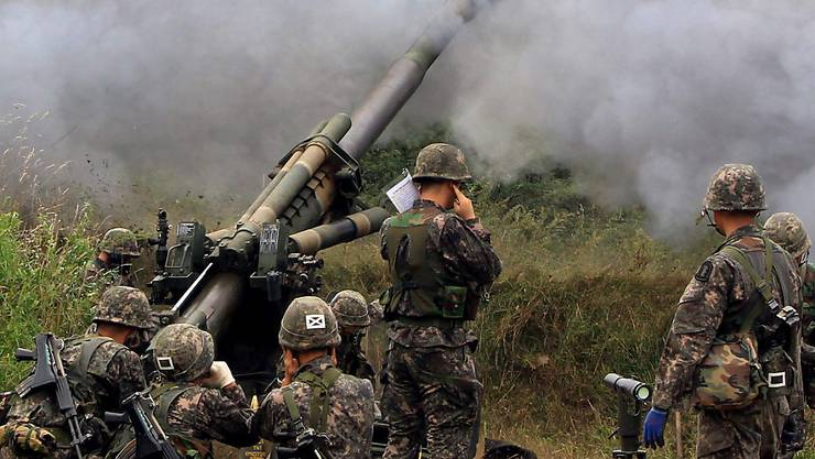 Ein undatiertes Foto zeigt südkoreanische Truppen beim Drill im Abschiessen von 155mm-Granaten.