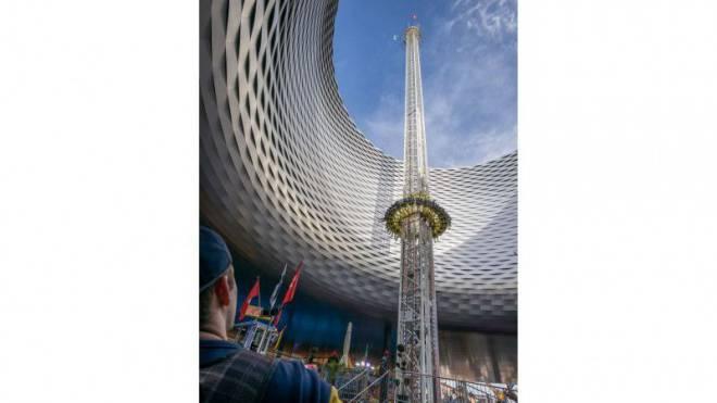 An der gestern eröffneten Herbstmesse steht der Freefall Tower erst- und letztmals in der City Lounge. Foto: Kenneth Nars
