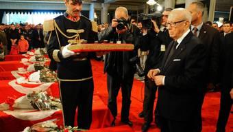 Tunesiens Präsident Béji Caïd Essebsi bei den Begräbnisfeierlichkeiten für die getöteten Mitglieder der Präsidentengarde in Tunis.