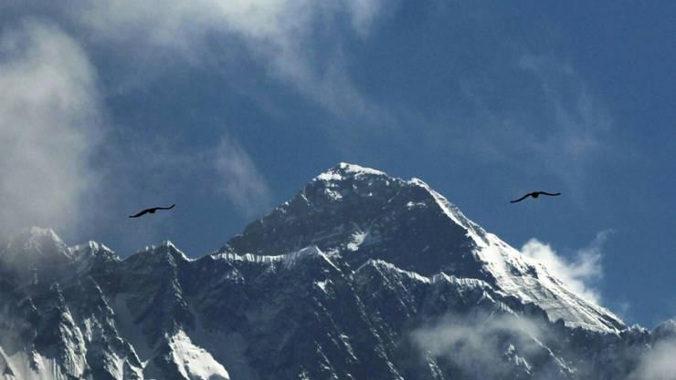Die Wetterbedingungen für einen Gipfelsturm am Mount Everest in Nepal sind selten günstig: Jedes Jahr versuchen Hunderte Bergsteiger, den 8848 Meter hohen Gipfel zu erklimmen. (Archivbild)