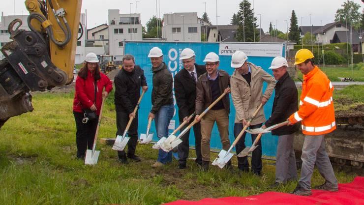 Vertreter der Gemeinde, des Planungsbüros, der Architekten, der Immobilienvermarktung sowie der Baufirma beim Spatenstich.
