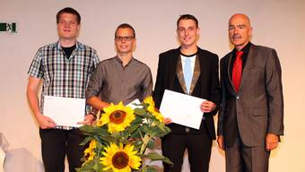Sie haben mit den besten Leistungen brilliert: (v.l.) Patrick Keusch (Schnitt 5,6), Manuel Mettauer (Schnitt 5,5) und Stefan Herzog (Schnitt 5,4) zusammen mit Rektor Ruedi Suter.