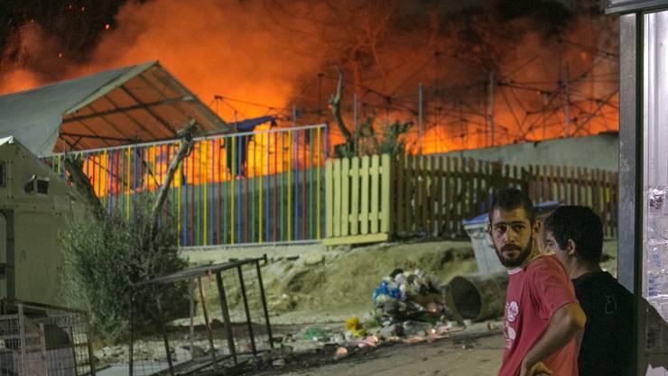 Brennendes Flüchtlingslager auf der Insel Lesbos