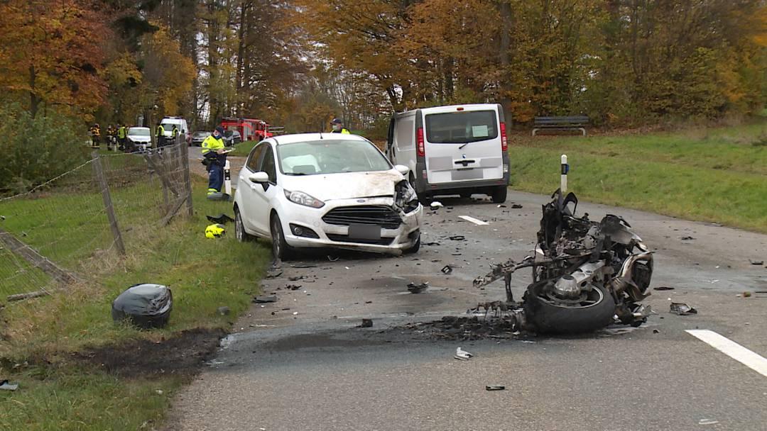 Tödlicher Unfall: Töfffahrer stirbt bei Überholmanöver