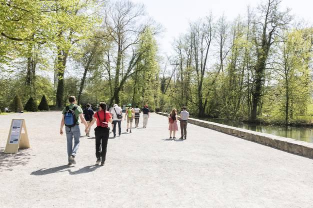 Spaziergänger beim Schloss Hallwil