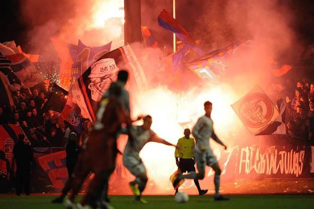 Baselfans feiern ihren Klub beim Cupspiel gegen den FC Bulle im Oktober 2008.