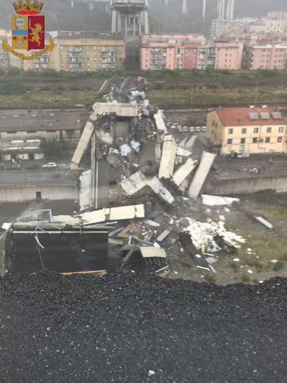 Brücke in Genua eingestürzt (© Twitter/Polizia di Stato)