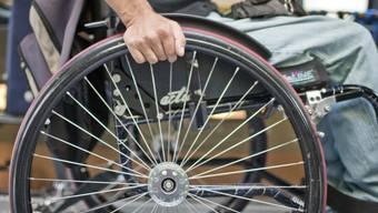 Die Rollstuhlfahrerin wurde bei der Kollison verletzt, der Motorrardfahrer blieb unverletzt (Symbol)