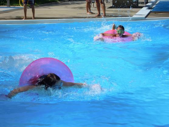 Im harten Kampf an der Wasserolympiade.