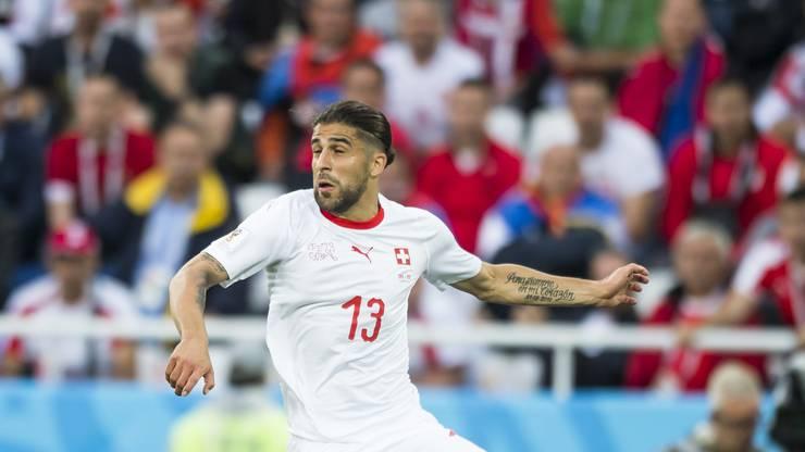 Die Kollegen sagen über ihn: «Der Typ hat keine Emotionen.» So spielt er gegen Serbien: abgeklärt, unaufgeregt, fehlerlos. In der Defensive wertvolle Attribute, doch im Vorwärtsgang würde ihm wieder mehr Risiko guttun.