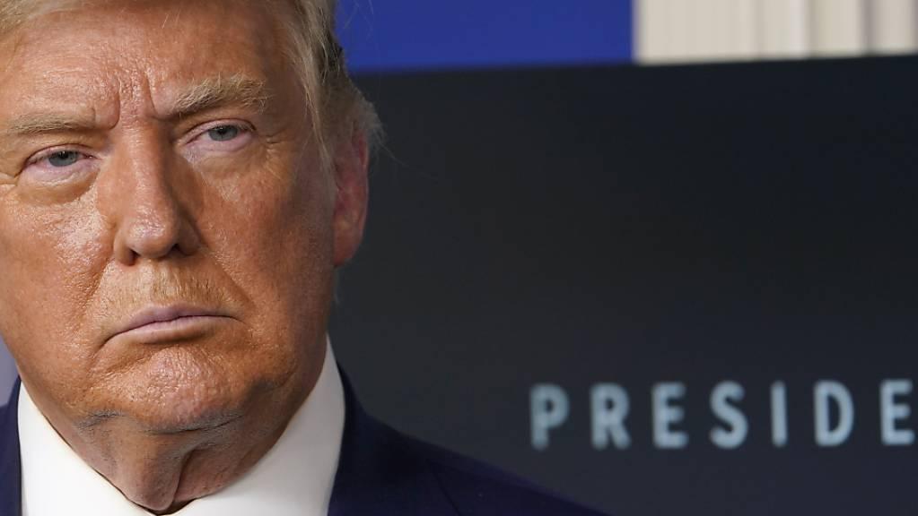 Donald Trump, amtierender Präsident der USA, hört während einer Pressekonferenz im Besprechungsraum des Weissen Hauses zu.
