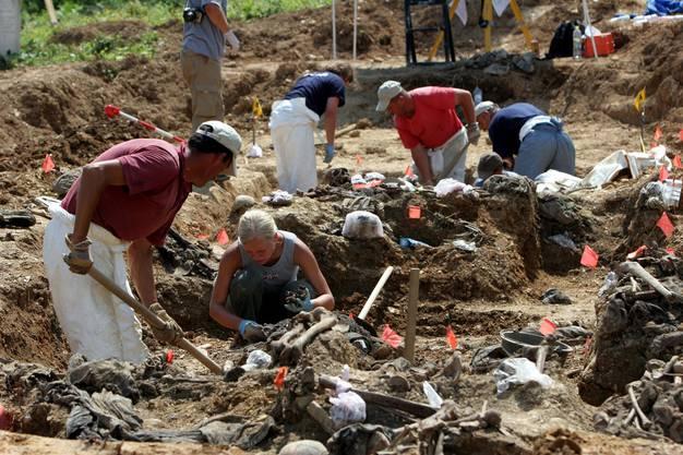 Forensiker bei der Untersuchung in der Nähe des Dorfes Srebrenica. Hier töteten serbische Truppen 1994 über 8000 Männer.