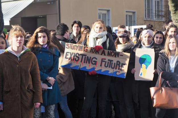 Es folgen weitere Bilder des Streiks.