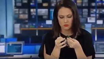 Der Schock ist gross: Natasha Exelby merkt zu spät, dass sie live am TV ist.