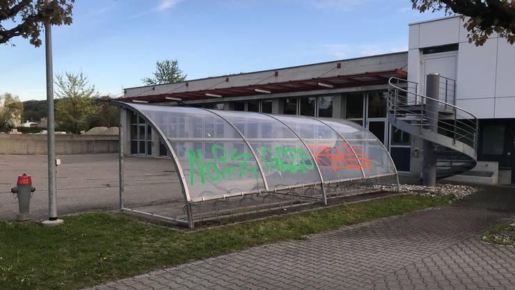 Auf dem Weg vom Clubhaus zum Bahnhof Stein gibt es mehrere Sprayereien.